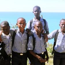 Une école détruite après Mathieu recommence dans de mauvaises conditions