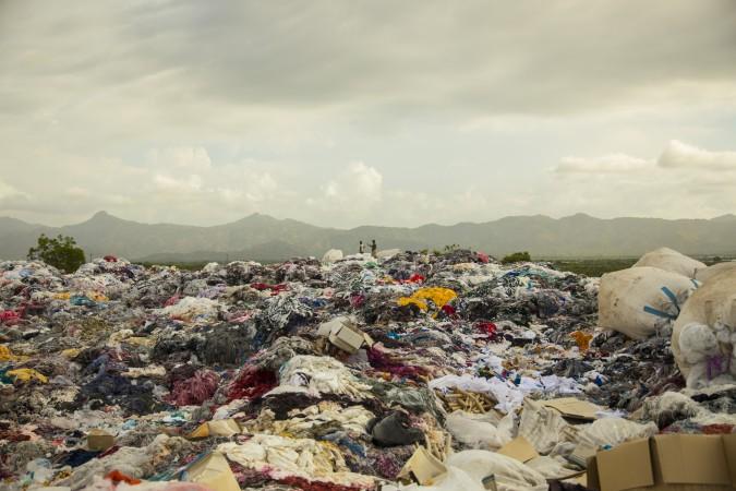 Montagne de déchets produits par le parc industriel de Caracol